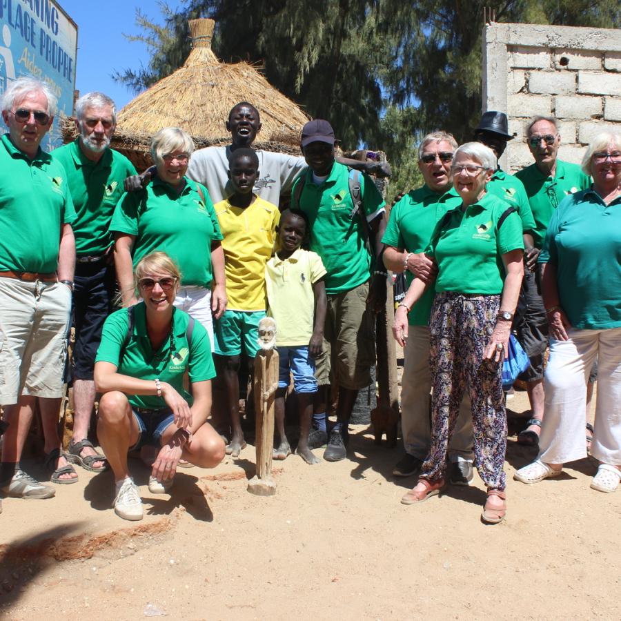 Reisegruppe 2018 beim Holzschnitzer am Strand von Nianing